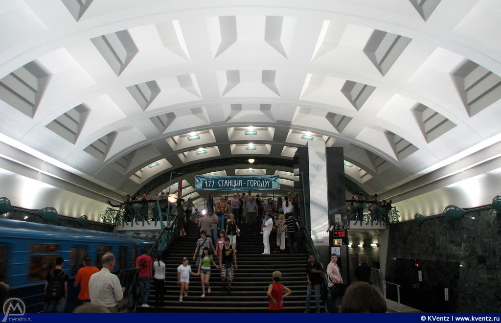 Торец станции с лестницей и лифтом