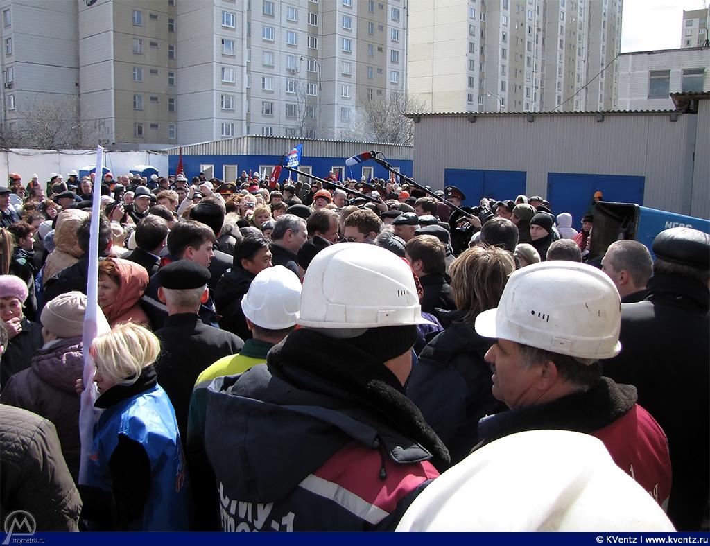 После митинга Ю. Лужков общался с народом