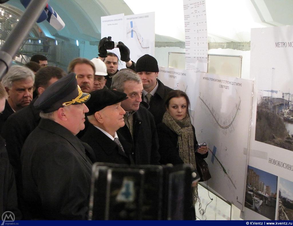Д. Гаев рассказывает Лужкову о ходе строительства