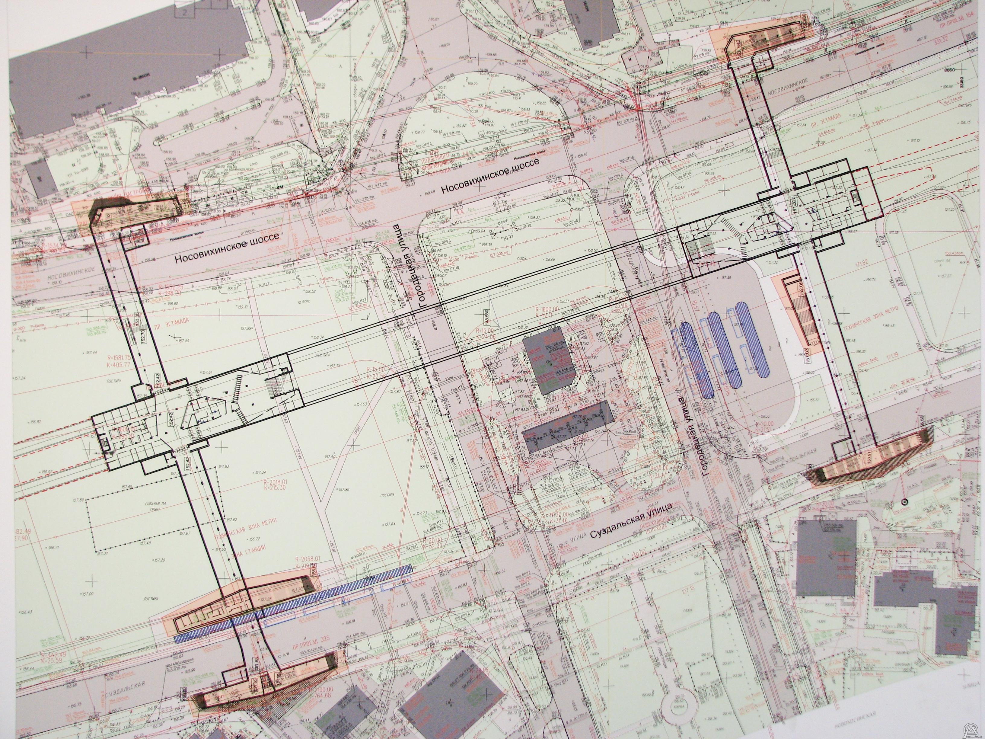 Синие полоски у восточного выхода это остановки автобусов/маршруток?  Схема станции Новокосино.